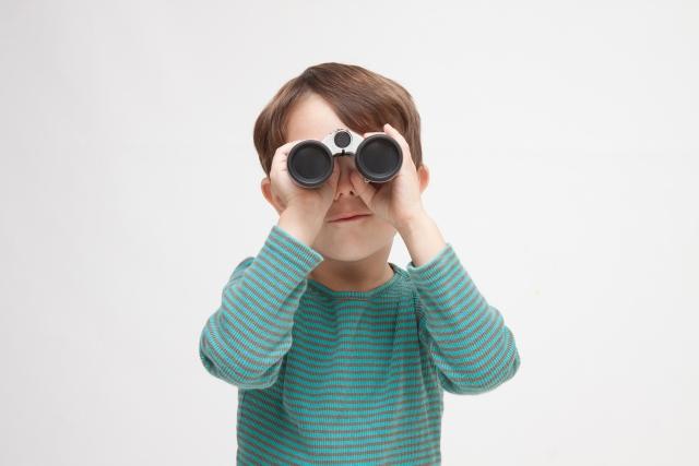双眼鏡でのぞくこども