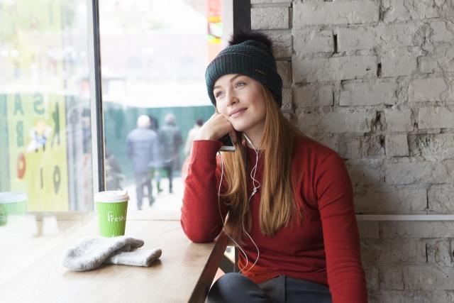 カフェで音楽を聴く女性