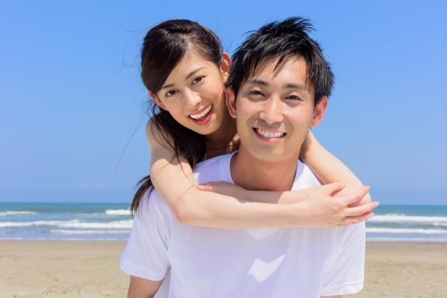 仲の良い若いカップル