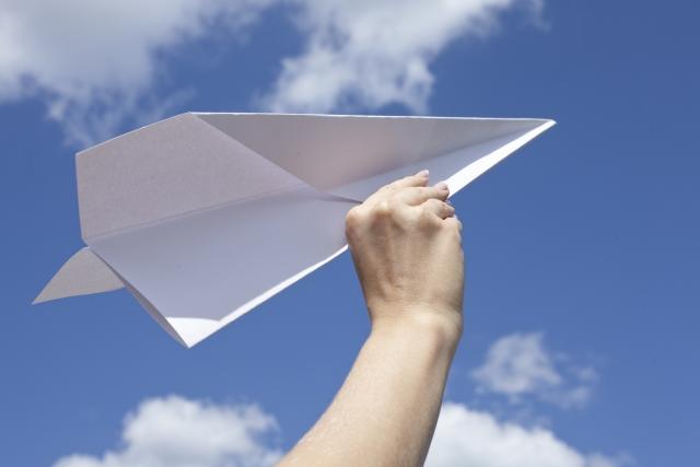 空に飛ぶ紙飛行機