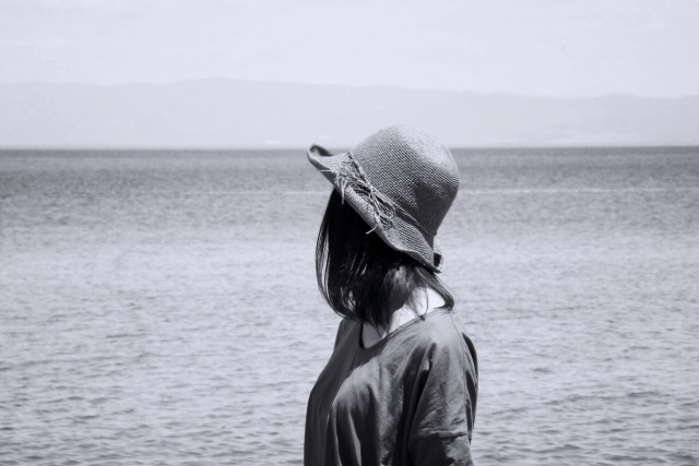 海に1人たたずむ女性