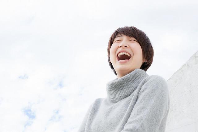 楽しく笑う女性