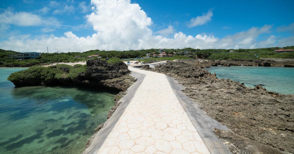 島に続く道