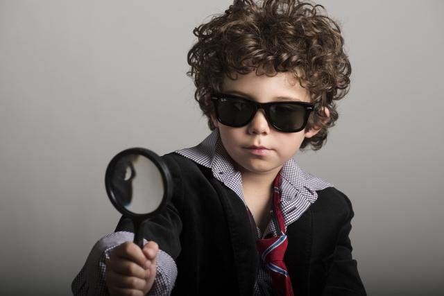虫眼鏡をのぞく子供