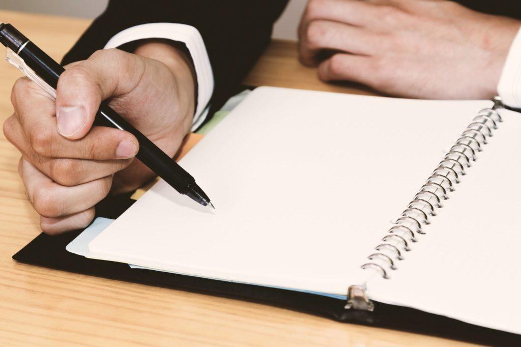 日記帳を書いている人