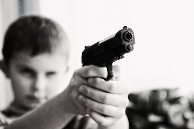 拳銃を持つ子ども