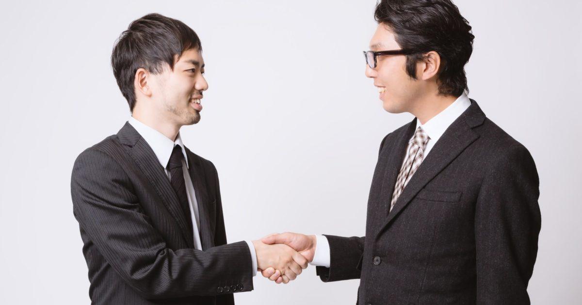 握手をするセールスマン