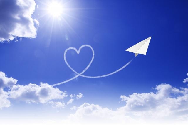 ハートを描いて飛んでいく紙飛行機