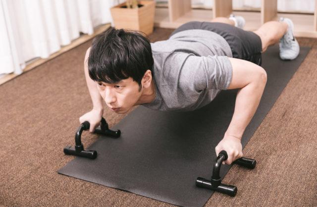 腕立てトレーニングをする男性