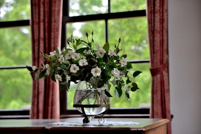 花のある窓