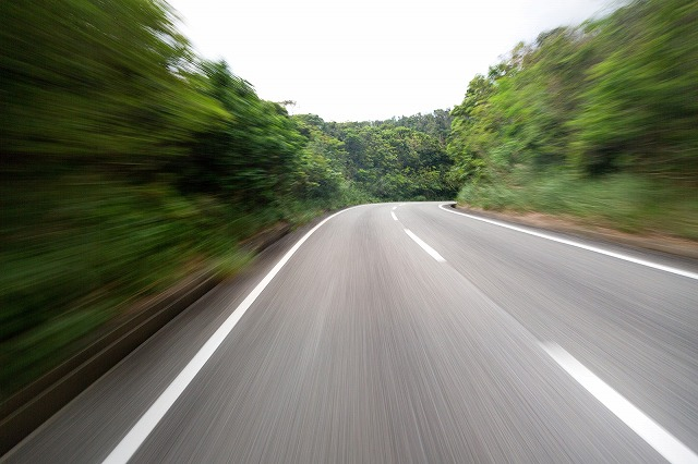 道路を疾走する