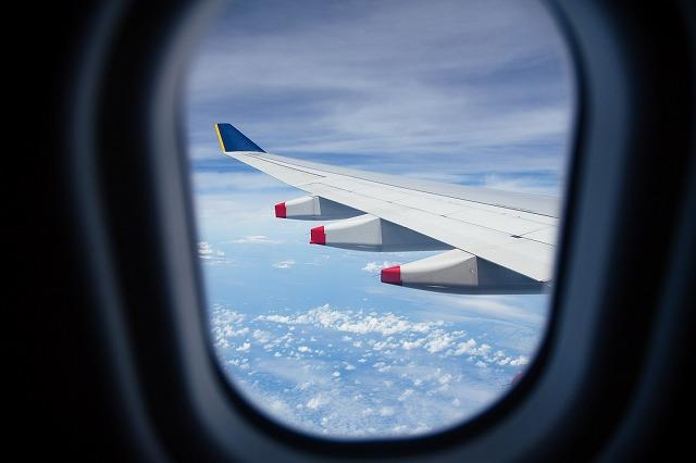飛行機の窓から見た風景
